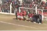 20 người dàn hàng trước cầu môn, cầu thủ vẫn ghi bàn theo cách không tưởng