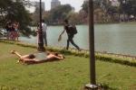 Hai nữ du khách mặc bikini tắm nắng bên Hồ Gươm bị xử lý thế nào?