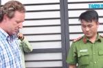 Xôn xao clip ông Tây xé niêm phong xe đậu sai trên vỉa hè ở TP.HCM