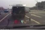 Thót tim clip 3 đứa trẻ rơi khỏi cốp xe, ngã lăn xuống đường, lái xe không hề biết
