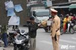 Bị CSGT xử lý vi phạm, người đàn ông xé nát quyết định xử phạt