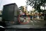Rẽ trái không quan sát, 'nữ ninja' bị xe tải húc ngã nháo nhào