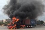 Xe đầu kéo bốc cháy ngùn ngụt giữa đường phố Hải Phòng