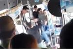 Người đàn ông bị nhóm côn đồ dùng tuýp sắt đánh dã man trên xe buýt