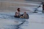 Bé cùng mẹ bị thủy triều cuốn ra giữa dòng sông băng