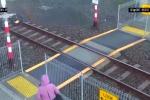 Tạt đầu tàu hỏa, người phụ nữ thoát chết thần kỳ