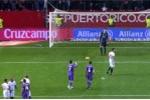 Ronaldo ném bóng vào người đối thủ, ăn vạ kiếm phạt đền