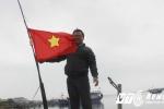 Khoảnh khắc lính Trung Quốc xả đạn vào chiến sỹ vây quanh lá cờ trên đảo Gạc Ma