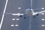 Thót tim xem máy bay chao đảo khi hạ cánh trong gió dữ