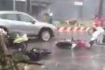 Hà Nội: Gió giật dữ dội quật ngã hàng loạt xe máy