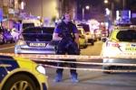 Ảnh: Hiện trường xe tải đâm đám đông làm nhiều người bị thương ở London
