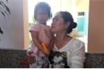 Cháu bé tại Công an thị xã Lagi đang được gia đình chăm sóc - Ảnh: Nguyễn Nam