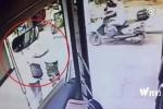 Tài xế xe buýt nhảy xuống xe, dắt người đàn ông mù qua đường