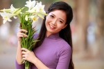 'Cô giáo hoa khôi' trường Ams khoe vẻ đẹp thuần khiết bên sắc hoa loa kèn