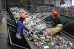 Sợ chồng bỏ, vợ bới tung 8 tấn rác để tìm lại nhẫn cưới kim cương
