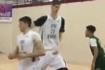 Thiếu niên 16 tuổi cao 2,3m 'bất khả chiến bại' trên sân bóng rổ