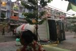 Xe bồn loạng choạng, lật ngang giữa đường Sài Gòn