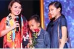 Hồ Văn Cường cùng hai chị gái lên sân khấu tặng hoa cho mẹ nuôi Phi Nhung