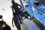 Bé gái mất laptop khi... lễ phép mời tên trộm vào nhà