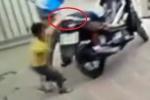 Video: Bé trai giằng co với tên trộm xe máy