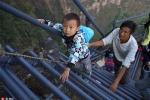 Rùng mình nhìn học sinh Trung Quốc leo thang thép trên vách đá đến trường