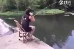Mải 'buôn' điện thoại lúc câu cá và cái kết 'đắng'