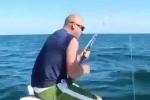 Clip: Câu phải 'quái cá', cần thủ bị lôi thẳng xuống biển