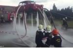 Ôtô bay bồng bềnh trên không nhờ vòi nước 'ma thuật' của lính cứu hỏa