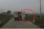 Xe tải biển xanh bung cửa sau, quật ngã người đi xe máy