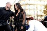 Nhà báo 'biến thái' xông vào hôn vòng 3 Kim Kardashian