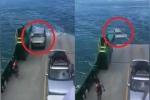 Tài xế quên kéo phanh tay, ngậm ngùi nhìn ôtô trôi xuống biển