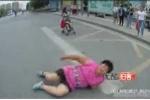 Bỏ mặc con nhỏ giữa đường, mẹ nằm lăn trước đầu ôtô ăn vạ