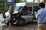 Xe khách mất lái, tông gãy cột điện khiến hành khách thót tim