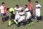 Chưa kịp rút thẻ đỏ, trọng tài đã bị cầu thủ xông vào đấm phải nhập viện