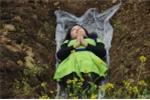 Trung Quốc: Phụ nữ xuống mộ nằm để giảm căng thẳng hôn nhân