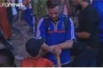 Khoảnh khắc tuyệt vời: Fan nhí Bồ Đào Nha an ủi CĐV Pháp sau chung kết Euro