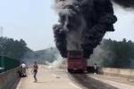 Xe buýt bốc cháy trên đường cao tốc, 30 người chết