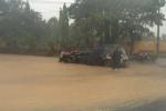 Chùm ảnh: Bộ đội bất chấp nguy hiểm, đẩy xe giúp dân trong mưa bão