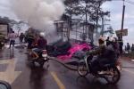 Xe chở vải bốc cháy ngùn ngụt trên đường Hồ Chí Minh