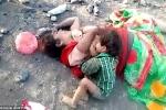Video: Xót xa bé 17 tháng kêu khóc, đòi bú sữa người mẹ đã chết
