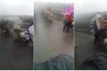 Clip: Hà Nội chìm trong dông lốc, xe máy 'vật lộn' với gió dữ