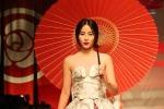 Hoa khôi Nam Em sải bước đầy kiêu hãnh trên sàn diễn thời trang