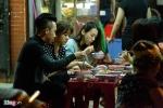 Vợ chồng Trấn Thành - Hari Won ôm chặt không rời khi đi ăn lúc nửa đêm