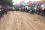 Bùn tấn công, hàng loạt xe máy 'vồ ếch' trên phố Sài Gòn