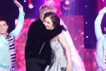 Bùi Anh Tuấn ôm hôn tình cũ Hương Tràm ngay trên sân khấu