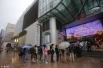 Dân Trung Quốc đội mưa xếp hàng mua iPhone 7
