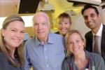 Thượng nghị sĩ John McCain hoàn thành đợt hóa trị, xạ trị đầu tiên