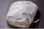 Choáng váng 4 triệu USD cho chiếc túi chứa đất mặt trăng