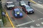 Bị dừng xe kiểm tra, nữ tài xế hất CSGT lên nắp capo, diễu qua 4 con phố