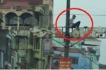 Nam thanh niên nghi ngáo đá ngồi trên cột điện ở Hà Nội